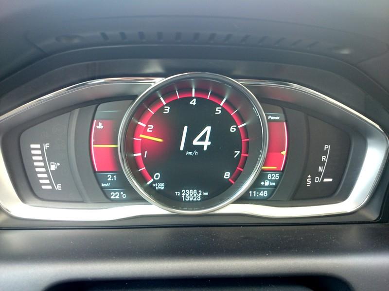וולוו XC60 2015- לוח שעונים דיגיטלי בעל 3 אפשרויות עיצוב שונות בלחיצת כפתור