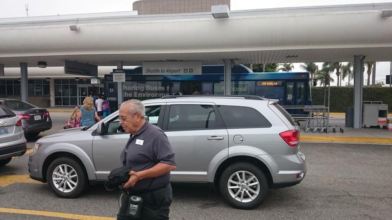 """השכרת רכב בארה""""ב אלמו ( Alamo )- שירות הסעות באוטובוס מהטרמינל למגרש ההשכרה"""